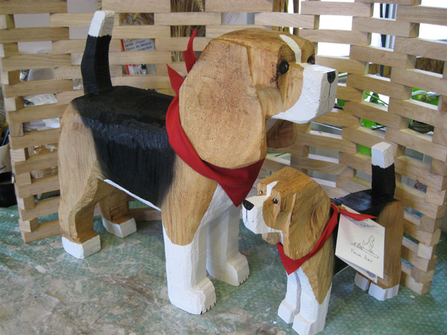 beagle-large-and-small-standing-1024-size